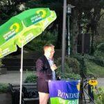 Tobias Lindner redet auf dem Gerolsteiner Brunnenplatz