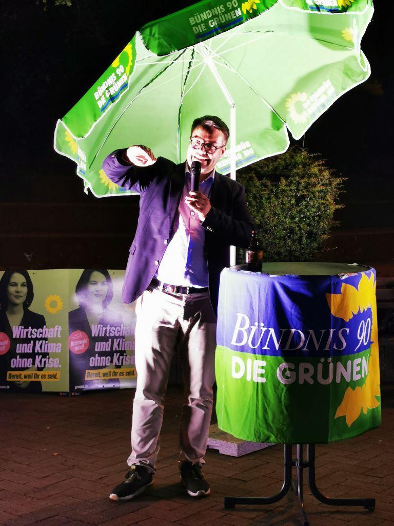 Tobias Linder bei seiner abendlichen Rede auf dem Gerolsteiner Brunnenplatz